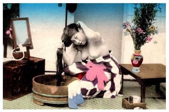 Altes Farbfoto Barbusige Geisha beim waschen ihrer Haare (Neudruck als Postkarte)