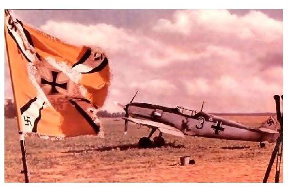 Altes Farbfoto 2. WK Messerschmitt Bf 109 mit Traditionsfahne im Vordergrund (Neudruck als Postkarte)