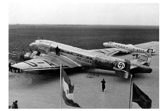 Altes Foto Junkers Ju 90 Preussen und Ju 86 Hesselberg auf einem Flugplatz (Neudruck als Postkarte)