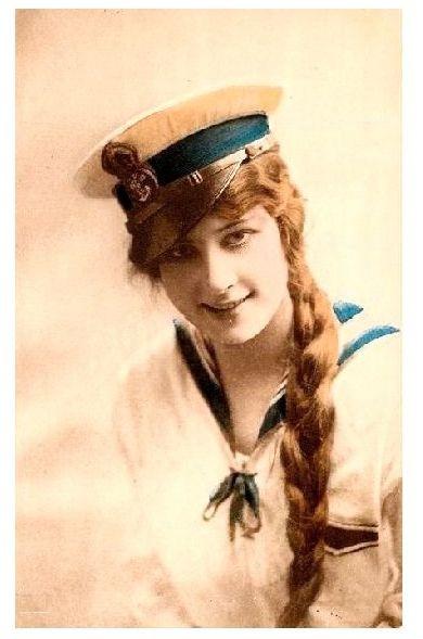 Altes Farbfoto Junge Frau mit Zopf in Matrosenuniform (Neudruck als Postkarte)