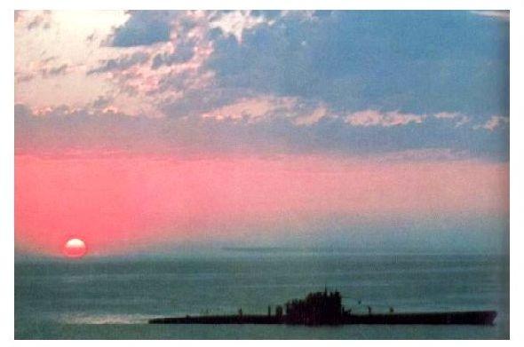 Altes Farbfoto 2. WK U-Boot in der Abenddämmerung vor Danzig (Neudruck als Postkarte)