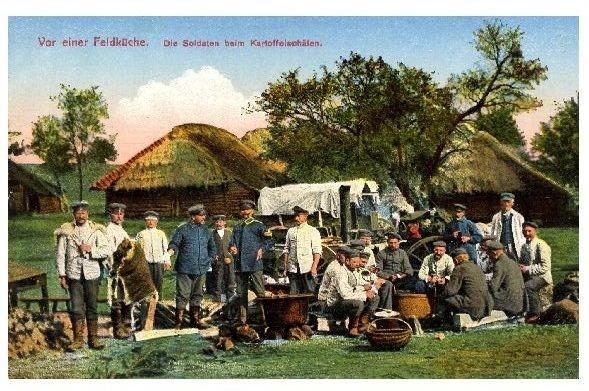Alte Farbfoto-AK 1. WK Vor einer Feldküche - Soldaten beim Kartoffelschälen (Neudruck als Postkarte) 0