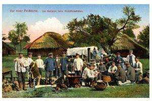 Alte Farbfoto-AK 1. WK Vor einer Feldküche - Soldaten beim Kartoffelschälen (Neudruck als Postkarte)