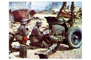 Altes Farbfoto 2. WK Deutsche Soldaten mit PAK-Geschütz in Stalingrad (Neudruck als Postkarte)