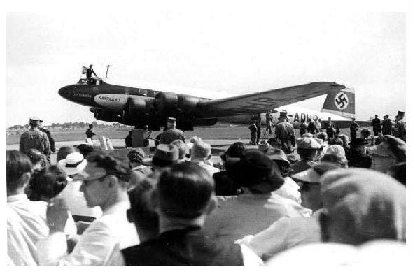 Altes Foto Focke-Wulf Fw 200 Condor Saarland auf einem Flugplatz, möglicherweise im Saarland (Neudruck als Postkarte)