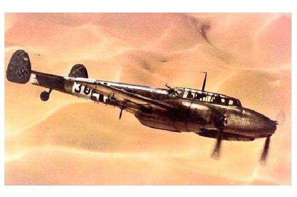 Altes Farbfoto Messerschmitt Me 110 über einer Wüste (Neudruck als Postkarte)