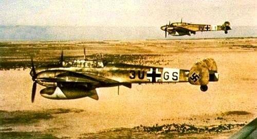 Altes Farbfoto 2 Messerschmitt Me 110 über einer Wüste (Neudruck als Postkarte)