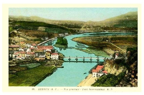 Alte Farbfoto-AK Panorama von Behobie in Frankreich (Neudruck als Postkarte)