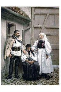 Altes Photochrome-Farbfoto Mann und Frauen in Tracht von Hermannstadt (Neudruck als Postkarte)