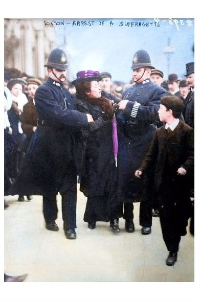 Altes Farbfoto Sufragette wird in London verhaftet (Neudruck als Postkarte)