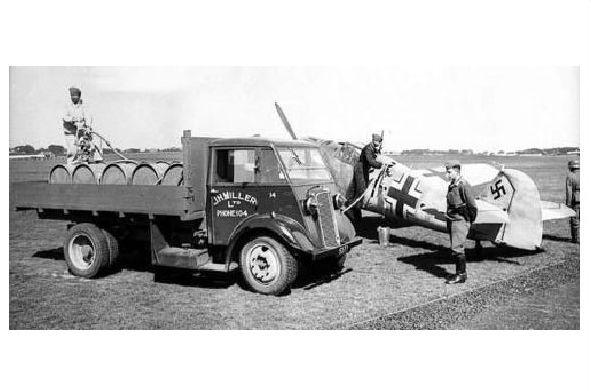 Altes Foto Messerschmitt Me 109 wird in Guernsey betankt (Neudruck als Postkarte) 0
