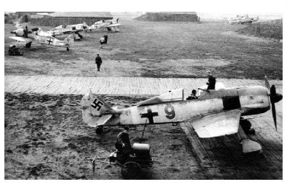 Altes Foto Mehrere Focke-Wulf Fw 190 des Jagdgeschwaders 11 auf dem Flugplatz von Husum (Neudruck als Postkarte)