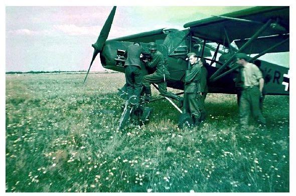 Altes Farbfoto Fieseler Storch auf einer norwegischen Wiese (Neudruck als Postkarte)