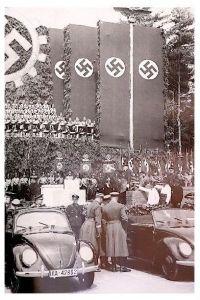 Altes Foto VW Käfer bei der Grundsteinlegung zum VW Werk Wolfsburg (Neudruck als Postkarte)