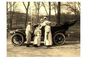 Altes Foto Gruppe von Frauen und Mann neben altem Auto (Neudruck als Postkarte)