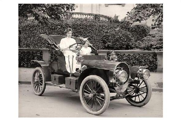 Altes Foto Mutter und Tochter in einem alten Auto (Neudruck als Postkarte)