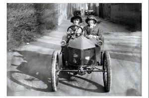 Altes Foto 2 junge Frauen mit ihrem Auto (Neudruck als Postkarte)