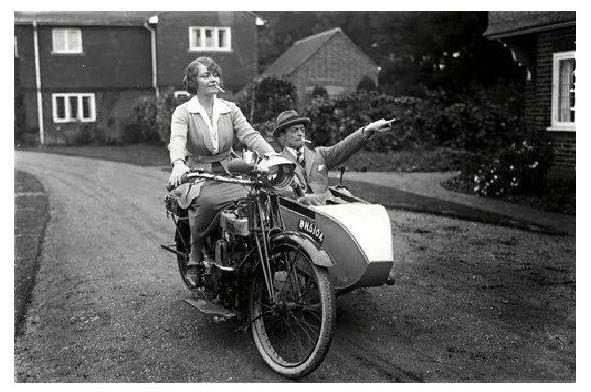 Altes Foto Frau chauffiert Mann in einem Motorrad mit Beiwagen (Neudruck als Postkarte)