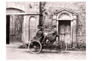 Altes Foto Mann chauffiert Frau in einem motorisierten Dreirad (Neudruck als Postkarte)