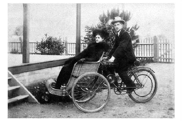 Altes Foto Mann chauffiert Frau in einem Dreirad (Neudruck als Postkarte)