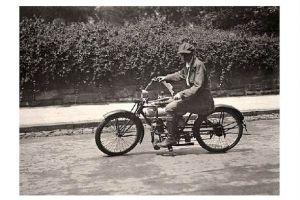 Altes Foto Mann auf einem Motorrad um 1917 (Neudruck als Postkarte)