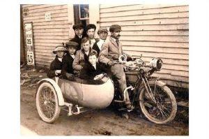 Altes Foto Mann mit einem überbesetzten Motorrad mit Beiwagen (Neudruck als Postkarte)