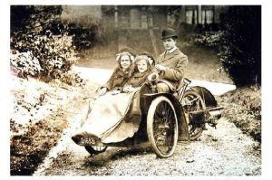 Altes Foto Mann mit motorisierten Dreirad mit Kindern (Neudruck als Postkarte)