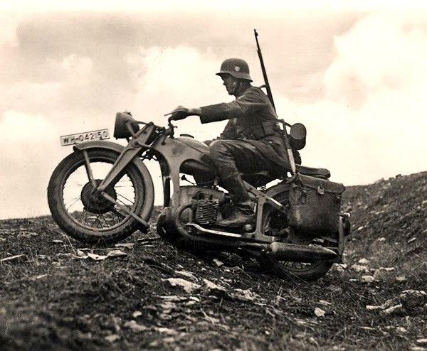Altes Foto 2. WK Kradmelder mit seinem Motorrad im Gelände (Neudruck als Postkarte)