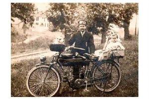 Altes Foto Mann mit Kindern und Hund auf Motorrad (Neudruck als Postkarte)