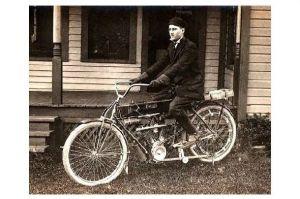 Altes Foto Mann mit Motorrad vor einem Haus (Neudruck als Postkarte)
