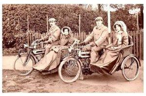 Altes Foto 2 Männer mit ihren Frauen auf Motorrädern mit Beiwagen (Neudruck als Postkarte)