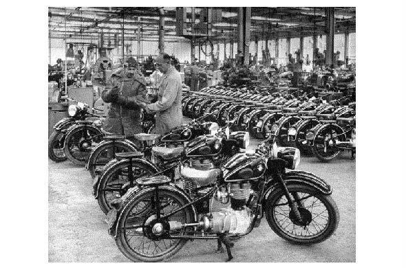 Altes Foto Blick in eine Fabrikhalle mit BMW Motorrädern (Neudruck als Postkarte)