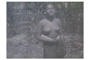 Altes Foto Junge asiatische Frau posiert für Fotografen (Neudruck als Postkarte)