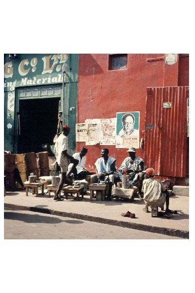 Altes Farbfoto Schuhputzer in Accra in Ghana (Neudruck als Postkarte)