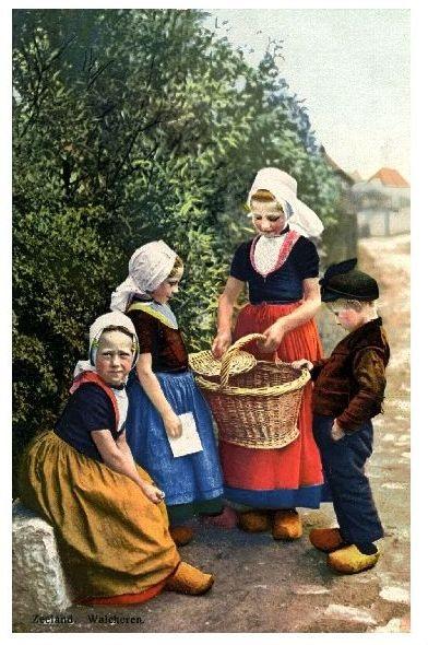 Altes Farbfoto Kinder in holländischer Tracht (Neudruck als Postkarte)