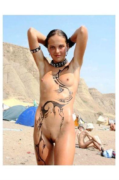 junge nackt am strand