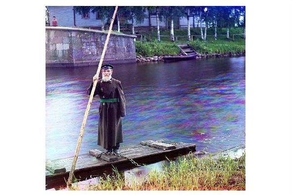 Altes Farbfoto 84jähriger einarmiger Betreuer der Tschernigow-Schleuse (Neudruck als Postkarte)