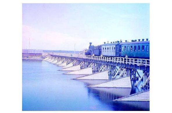 Altes Farbfoto Dampflok mit Personenzug auf der Eisenbahnbrücke über den Shuia River (Neudruck als Postkarte)