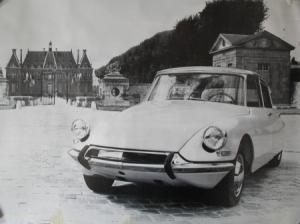 Citroen DS 19 vor Schloss 1963 Automobilwerbeplakat