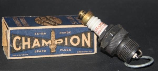 "Champion ""Spark Plugs Extra Range"" Zündkerze mit Originalkarton 1950"