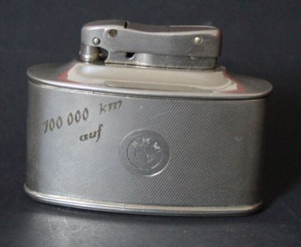 """BMW Werbe-Feuerzeug Diplomat """"100.000 km auf BMW"""" 1938"""