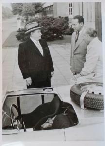 Borgward mit Hans-Hugo Hartmann vor Rennwagen 1954 Werksphoto