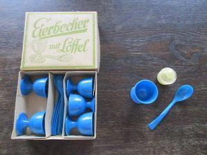 DDR 6 blaue Plaste Eierbecher mit Löffel und Salzstreuer OVP 1