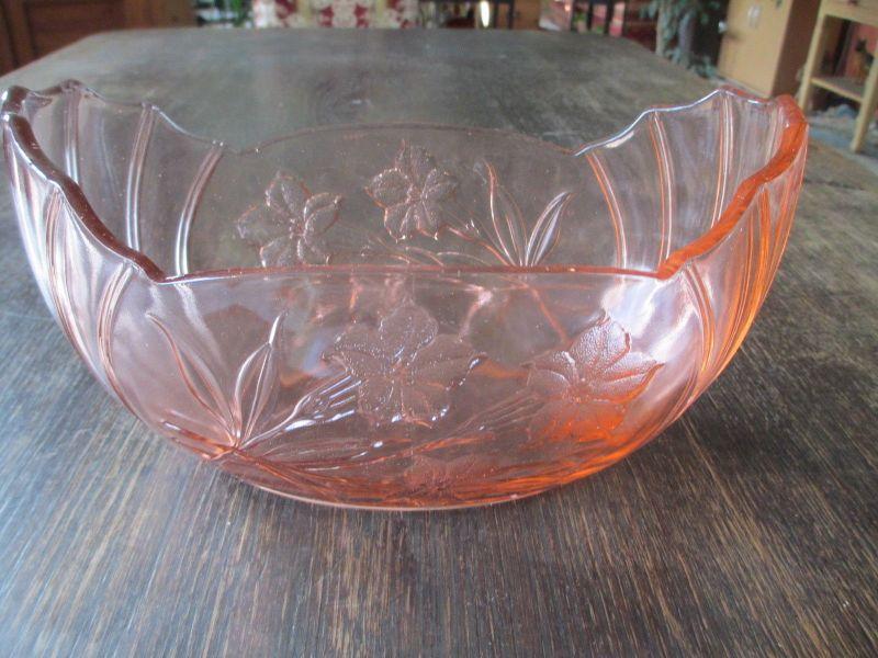 Wunderschöne alte Schale Pressglas rosa Glas mit Blumendekor  20er Jahre