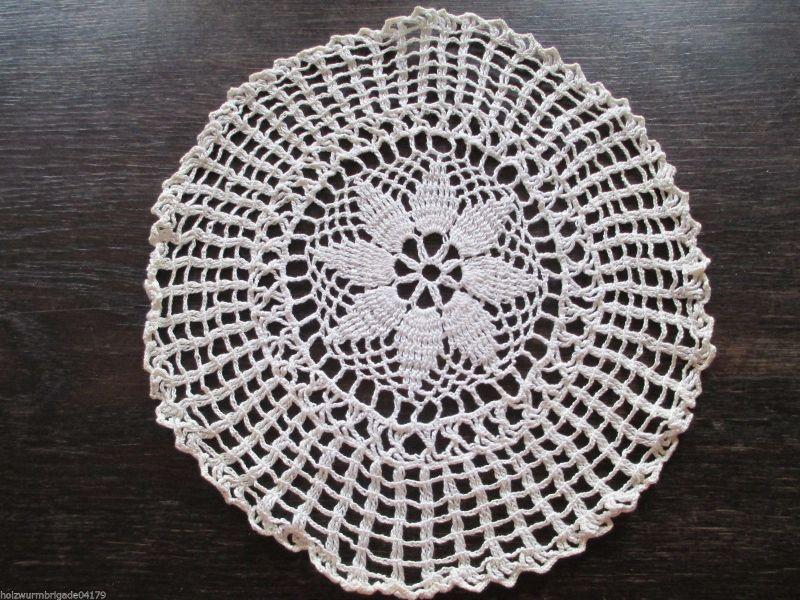 Schönes altes Tischdeckchen, gehäkelt Handarbeit Ø 28 cm