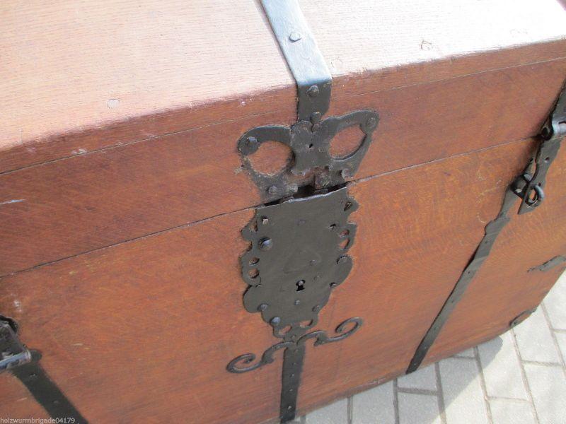 Alte Truhe alte truhe eiche biedermeier um 1820 runddeckeltruhe mit beschläge