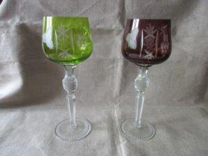 2 alte Kristallgläser Weingläser Römer lila + grün Überfang