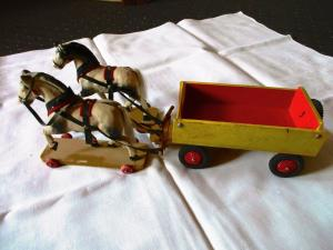 Altes Holzspielzeug Pferdegespann Zweispänner 2 Pferde mit Wagen