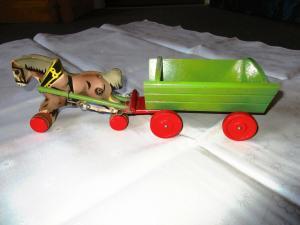 GECEVO Holzspielzeug Pferdegespann Einspänner 1 Pferd mit Wagen 39 cm lang