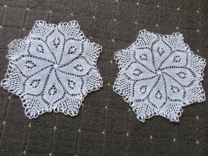 2 schöne alte Tischdeckchen Mitteldecke rund Handarbeit Häkelei Ø 22 cm (1)